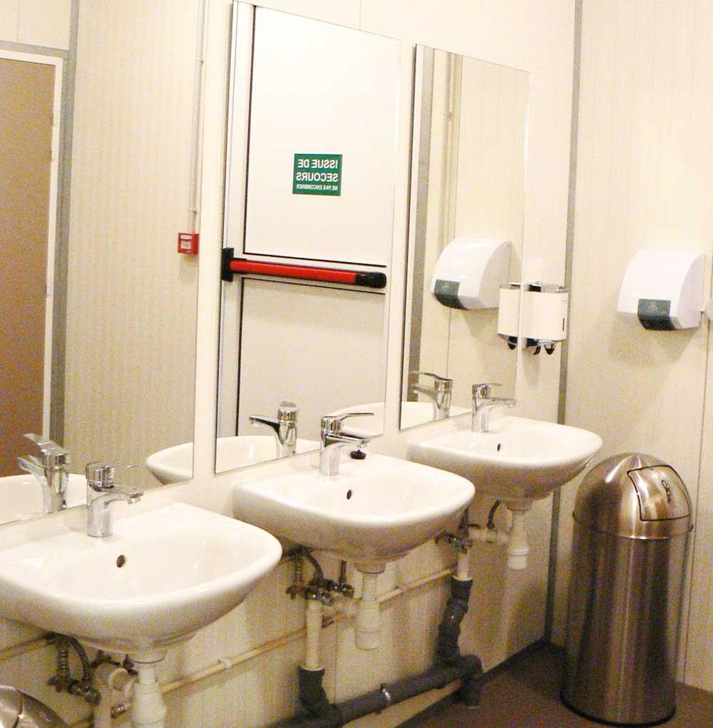 sanitaires des loges artistes de la salle de spectacle de théâtre